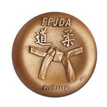 Médaille estampée bombée avec patine en bronze